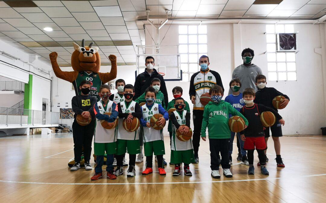 NOTICIA | Varios jugadores del primer equipo visitan el campus de Navidad de CB Peñas