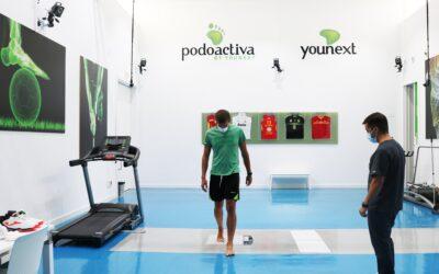NOTICIA | Los jugadores de Levitec Huesca revisan su pisada en la sede central de Podoactiva en Walqa